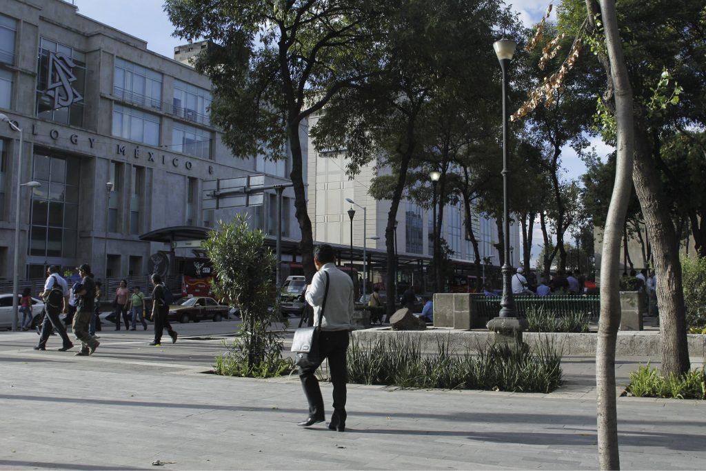 MÉXICO, D.F., 18SEPTIEMBRE2010.- La mañana del19 de septiembre el terremoto de 7.8 grados en escala de Richter que sacudió a la Ciudad de México hizo que el hotel Regis que estaba en la Avenida Juárez esquina con Balderas, se derrumbara. Actuelmente se encuentra la Plaza de la Solidaridad en este sitio. FOTO: ENRIQUE ORDÓÑEZ /CUARTOSCURO.COM
