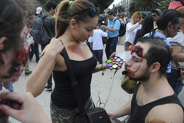 """MÉXICO, D.F., 22OCTUBRE2015.- Miles de jovenes caracterizados con mascaras así como atuendos de peliculas de terror y muertos vivientes, participaron el """"Marcha Zombie"""" que se realizó del Monumeto a la Revolución hacia el Hemiciclo a Juarez. FOTO: SAÚL LÓPEZ /CUARTOSCURO.COM"""