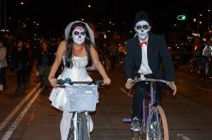 MEXICO, D.F., 31OCTUBRE2015.- Miles de capitalinos disfrazados de sus personajes de terror, risa y acción favoritos tomaron Paseo de la Reforma para participar en el Paseo Ciclista Nocturno como parte de los festejos que el gobierno del Distrito Federal promovió para celebrar el Día de Muertos. FOTO: GALO CAÑAS /CUARTOSCURO.COM
