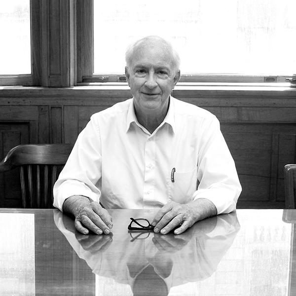 Pedro Boker en su oficina, por Guillermo Gelamaka