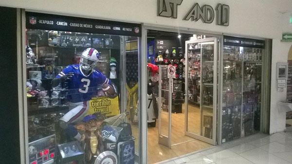 99bbb7193 En esta tienda lo puedes encontrar y además también podrás toparte con el  clásico casco porta latas. Además puedes encontrar figuras de acción ...
