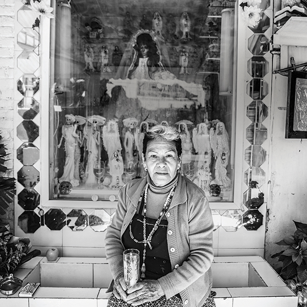 Enriqueta Romero, doña Queta, Quien cuida un Altar a la Santa Muerte. Foto, Lulú Urdapilleta