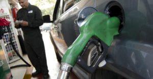 MÉXICO, D.F., 13NOVIEMBRE2011.- El precio de los combustibles automotrices se incrementa en ocho centavos y se venderá en 9.64 pesos por litro de gasolina Magna, en tanto que el precio de la gasolina Premium llega a los 10.54 pesos y el diesel se ubica en los 10 pesos por litro. Enécimo aumento del año en combustíbles. FOTO: MISAEL VALTIERRA/CUARTOSCURO.COM