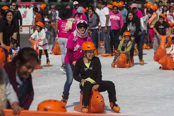 CIUDAD DE MÉXICO, 12DICIEMBRE2016.- Decenas de personas disfrutan de la pista de hielo en el Zócalo capitalino, esta tarde calurosa. FOTO: ISAAC ESQUIVEL /CUARTOSCURO.COM