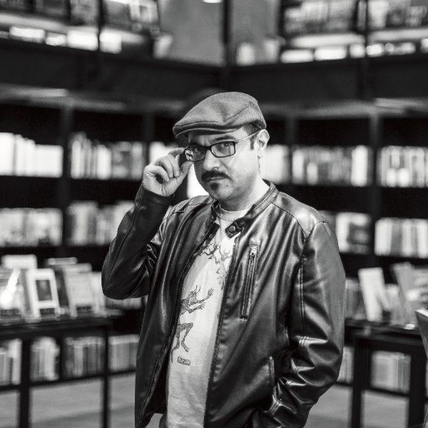 El escritor Bernardo Esquinca nos enseña a cazar rarezas en la ciudad de México. Foto, Lulú Urdapilleta