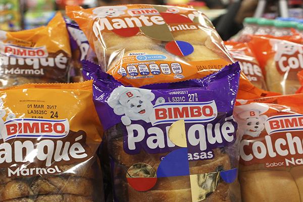 CIUDAD DE MÉXICO, 06FEBRERO2017.- El artista plástico Gabriel Orozco abrió una tienda de conveniencia en la galería Kurimanzutto, donde su obra se exhibe en mas de 300 productos que seleccionó el creador, y que van desde refrescos, cervezas, galletas, pan, pizzas y condones. La intervención se abre al público del 8 de febrero al 16 de marzo. FOTO: ANTONIO CRUZ /CUARTOSCURO.COM