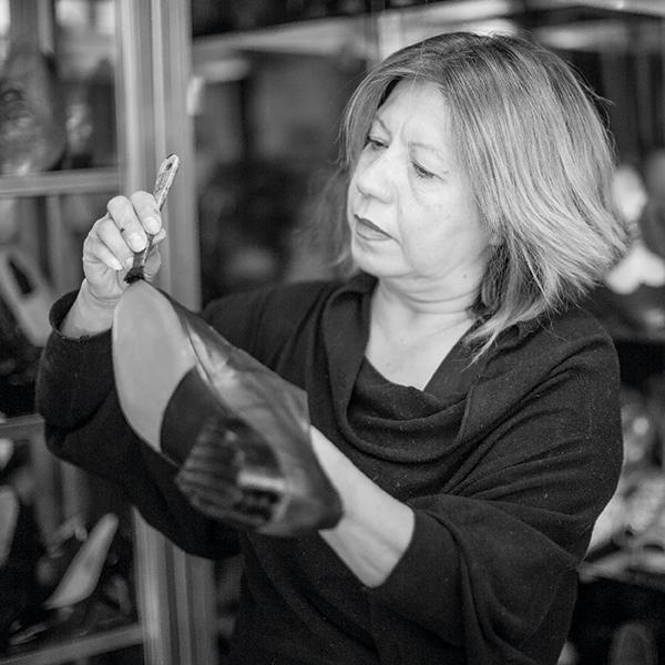 Cristina Galicia es una de las pocas fabricantes de zapatos pachucos que existen en la CDMX. Foto, Lulú Urdapilleta