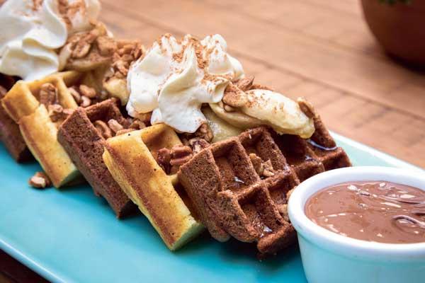 Con complementos dulces o salados, los waffles son una deliciosa opción para desayunar.
