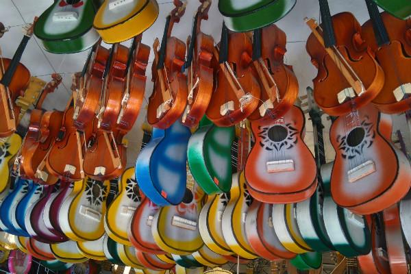 En la calle de Bolívar venden todo tipo de instrumentos musicales y equipo de sonido.