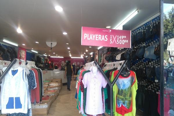 84a3081cf Tú también ve por lo que quieres comprando ropa barata en estas calles del  Centro Histórico.