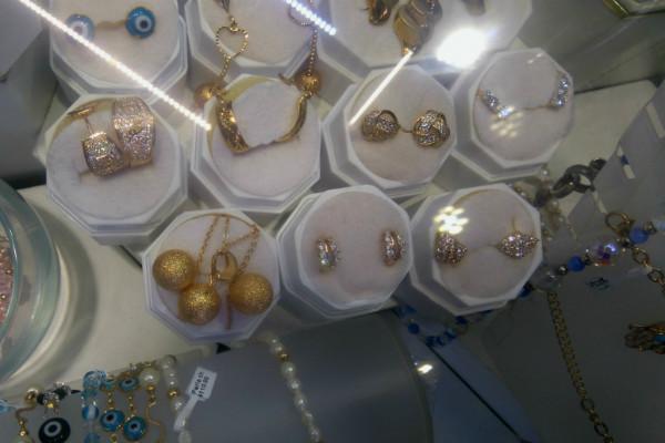 14a64b429758 Aquí puedes encontrar joyas que literalmente valen oro y otros que no  tanto. Los precios varían enormemente dependiendo del material que usen