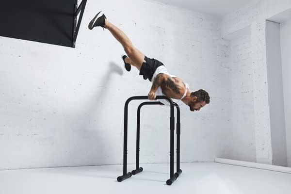 La calistenia es un entrenamiento físico que no requiere el uso de equipos costosos