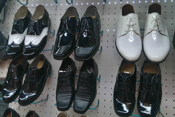 35bc228c En el Mercado de Granaditas hay para todos los gustos y los zapatos más  estrafalarios del mundo. Así como encuentras zapatillas cuyo tacón mide más  de 12 ...