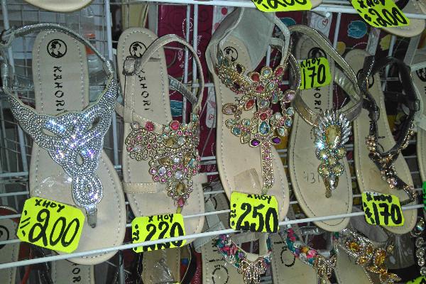 30c19122 ... en zapatos de danza tradicional, incluso tienen suecos de madera,  zapatillas de ballet y demás variedad de pares ideales para que le saques  el brillo a ...
