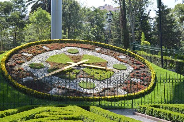 El reloj floral del parque hundido es uno de sus emblemas
