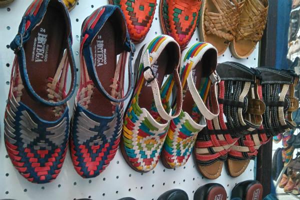 Durante los meses de calor los huaraches con bonitos decorados y los  zapatos abiertos son los que predominan f00a25fcac55