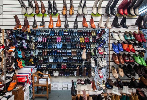 e90895b2f Entre sus más de 900 puestos se encuentra uno especializado en la venta del  calzado