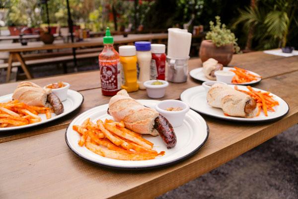 Los hot dogs los sirven con papas preparadas con la receta de la casa