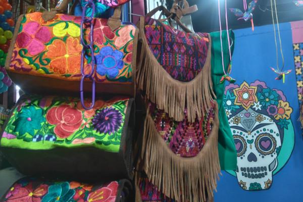 El Mercado de Coyoacán se distingue por su colorido, tradición y deliciosa comida.