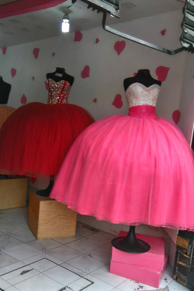 6f000a09f Algunas tiendas venden coloridos trajes para aquellas jovencitas que serán  presentadas en sociedad. Aquí puedes encontrar desde los más amplios hasta  ...
