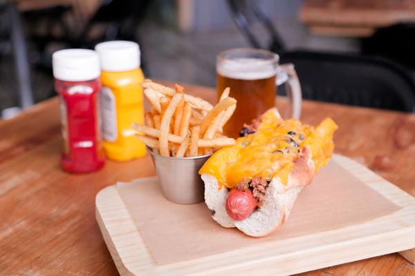 Prueba los hot dogs de Smokey's, solamente hay dos opciones pero saben buenísimas