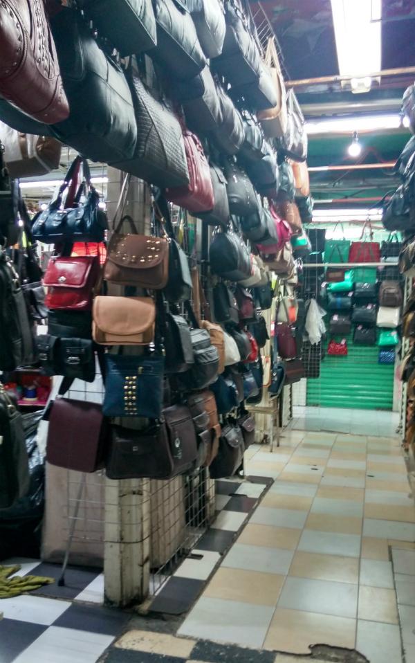 28559bb8c Las calles del Centro Histórico en donde venden bolsas de piel ...