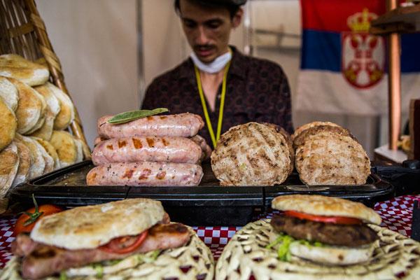 Prueba los alimentos típicos de Serbia en este stand