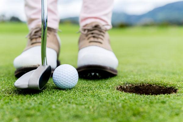 Juega golf aquí: cuenta con videoanálisis de swing y un range virtual de 300 yardas.