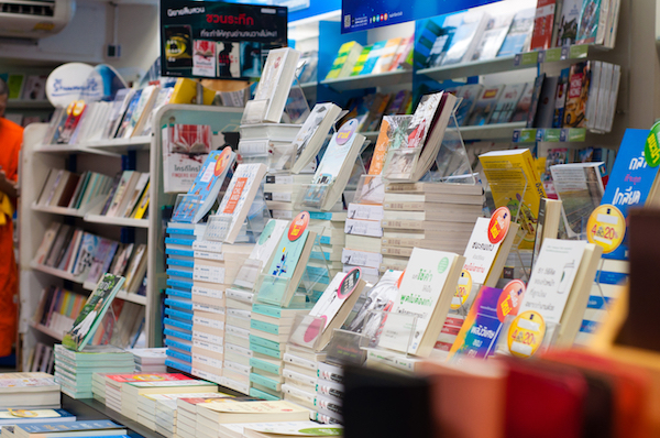 Además de encontrar novedades de literatura, libros especializados y de texto, puedes hallar diversos artículos de papelería, juegos, playeras y más