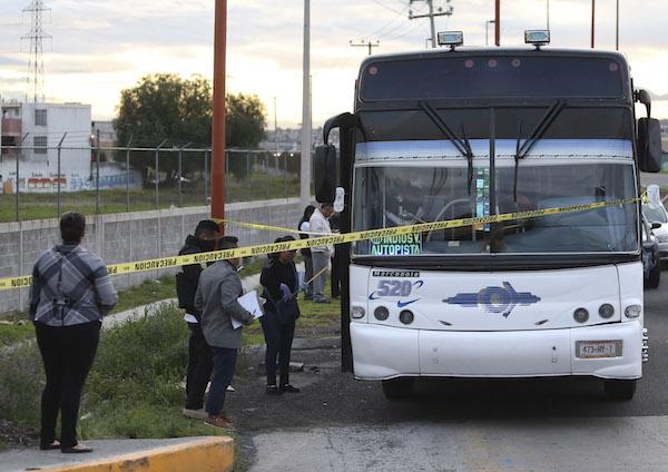 Asalto en la México-Pachuca: Tres tipos suben a un autobús de pasajeros