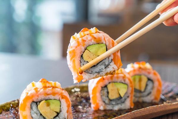 En Kin Shake puedes encontrar delicias como el sushi con surimi y pollo almendrado
