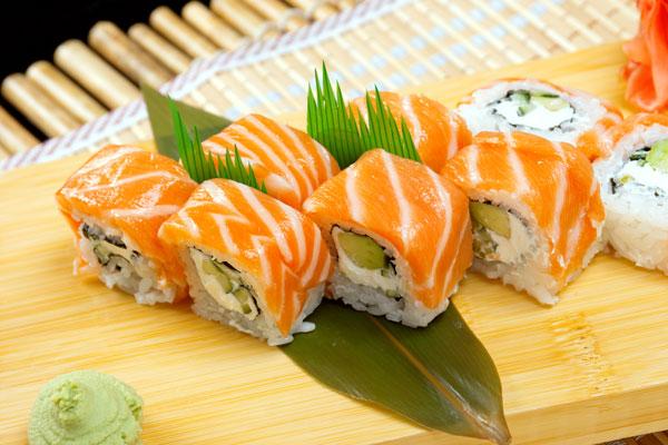 El sushi cake o el rollo spicy shake marinado de Tori Tori son dos de sus opciones con salmón y son muy buenos