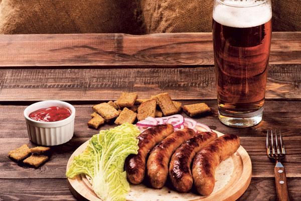 Las salchichas de Volksbier son hechas por un carnicero alemán