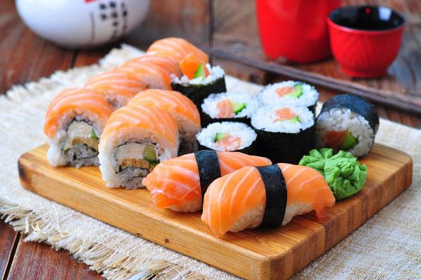 El sushi de salmón con aguacate de Zoku cuesta $140